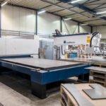 Lasermaschine in der Produktionshalle