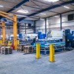 Lasermaschinen in der Produktionshalle