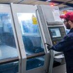 Mitarbeiter an einer Lasermaschine