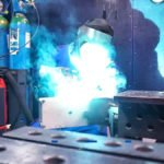 Mitarbeiter der Bonke Metalltechnik GmbH schweißt eine Baugruppe